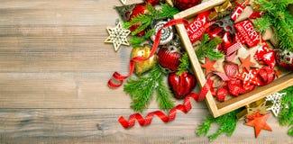 Árvore de Natal dos ornamento dos brinquedos das decorações do Natal vibrante Imagens de Stock Royalty Free