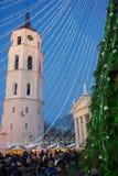 Árvore de Natal e de bazar do Xmas advento de Vilnius na noite de Lituânia Imagem de Stock Royalty Free