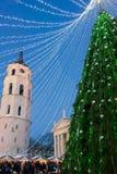 Árvore de Natal e de bazar do Xmas noite de Vilnius Advent Lithuania Fotografia de Stock