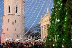 Árvore de Natal e bazar Vilnius do Xmas na noite de Advent Lithuania Fotografia de Stock