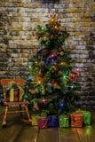 Árvore de Natal e cadeira de balanço vermelha Foto de Stock Royalty Free