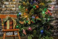Árvore de Natal e cadeira de balanço vermelha Imagem de Stock