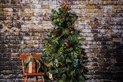 Árvore de Natal e cadeira de balanço vermelha Fotografia de Stock Royalty Free