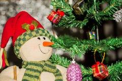 Árvore de Natal e caixas de presente e Santacros, no fundo claro Fotografia de Stock