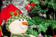 Árvore de Natal e caixas de presente e Santacros, no fundo claro Foto de Stock