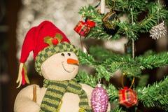 Árvore de Natal e caixas de presente e Santacros, no fundo do bokeh Fotografia de Stock Royalty Free