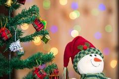 Árvore de Natal e caixas de presente e Santacros, no fundo do bokeh Fotos de Stock Royalty Free