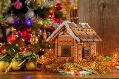 Árvore de Natal e casa de pão-de-espécie belamente decoradas com doces fotografia de stock royalty free