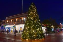 Árvore de Natal e construção iluminadas do vintage na cidade velha perto da estrada 192 imagens de stock