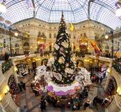 Árvore de Natal e decorações de incandescência no ano novo justo Foto de Stock Royalty Free