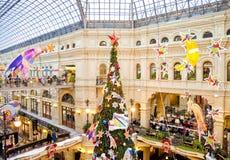 Árvore de Natal e decorações de incandescência no ano novo justo Foto de Stock