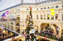 Árvore de Natal e decorações de incandescência no ano novo justo Fotos de Stock
