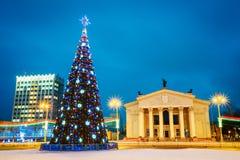 Árvore de Natal e iluminação festiva em Lenin foto de stock