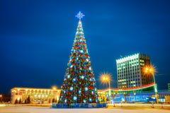 Árvore de Natal e iluminação festiva em Lenin fotografia de stock royalty free
