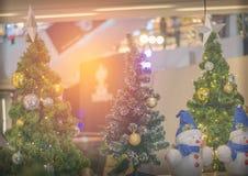 A árvore de Natal e o ano novo têm o  EE do ภdo ยentagram das bolas do ouro Foto de Stock