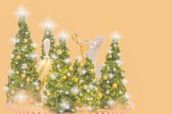 A árvore de Natal e o ano novo têm o  EE do ภdo ยentagram das bolas do ouro Fotos de Stock