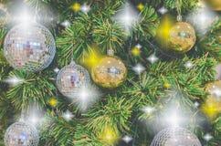 A árvore de Natal e o ano novo têm o Beaut do ยentagram das bolas do ouro Foto de Stock