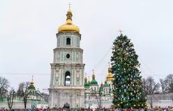 Árvore de Natal e Saint Sophia Cathedral, um local do patrimônio mundial do UNESCO em Kiev, Ucrânia fotografia de stock