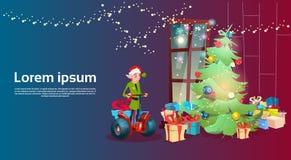 A árvore de Natal elétrica do 'trotinette' do passeio verde do duende decorou o cartão interior do ano novo feliz do feriado Foto de Stock Royalty Free