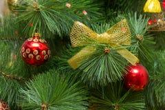 Árvore de Natal em um equipamento rico vermelho e do ouro fotografia de stock