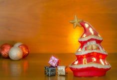 Árvore de Natal em um fundo de madeira Fotos de Stock