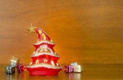 Árvore de Natal em um fundo de madeira Imagem de Stock