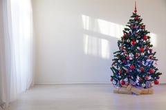 Árvore de Natal em uma sala branca para o Natal com presentes Fotografia de Stock Royalty Free