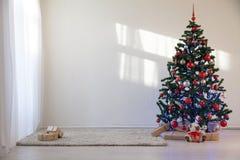 Árvore de Natal em uma sala branca para o Natal com presentes Imagem de Stock Royalty Free