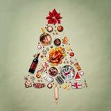 Árvore de Natal feita com vário alimento do Natal: peru na bandeja, no presunto roasted, nos doces e nos doces, cookies, vinho fe fotografia de stock royalty free