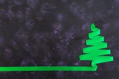 Árvore de Natal feita da fita no fundo escuro Imagens de Stock Royalty Free