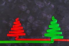 Árvore de Natal feita da fita no fundo escuro Fotos de Stock