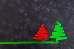 Árvore de Natal feita da fita no fundo escuro Imagens de Stock