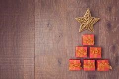 Árvore de Natal feita das caixas de presente no fundo de madeira Vista de acima Imagem de Stock Royalty Free