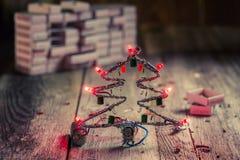 Árvore de Natal feita de componentes conduzidos e eletrônicos fotografia de stock