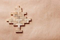 Árvore de Natal feita de tijolos de madeira no fundo marrom Imagem de Stock Royalty Free