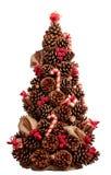 Árvore de Natal feita dos cones decorados com varas de canela, porca fotografia de stock
