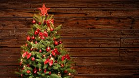 Árvore de Natal festiva decorada com as bolas vermelhas do brilho imagem de stock