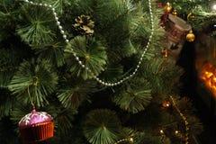 Árvore de Natal festiva decorada na sala Fotos de Stock