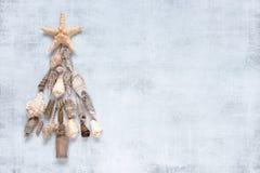Árvore de Natal festiva feita dos shell imagens de stock royalty free