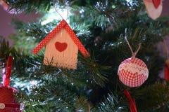 A árvore de Natal handcrafted decorações imagens de stock