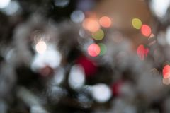 A árvore de Natal ilumina Bokeh brilhante e escuro fotos de stock royalty free