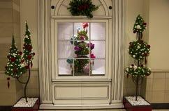 A árvore de Natal ilumina o armazém fotografia de stock