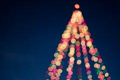 Árvore de Natal iluminada feita das luzes Fotos de Stock