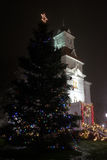 A árvore de Natal iluminou-se acima na frente de Benton County Courthouse decorou para a época natalícia, 2016 Foto de Stock