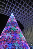 A árvore de Natal iluminou-se acima, Sevilha, a Andaluzia, Espanha imagem de stock royalty free