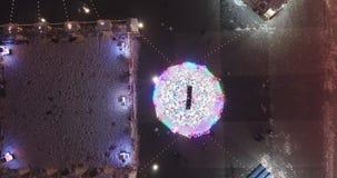 A árvore de Natal incandesce na noite Modo festivo Natal filme