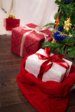 Árvore de Natal inferior atual da árvore Imagens de Stock Royalty Free
