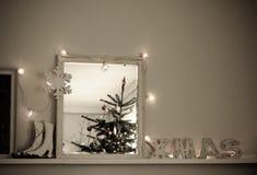 A árvore de Natal interior do Natal do vintage refletiu no espelho Imagens de Stock