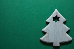 Árvore de Natal de madeira do ornamento em escuro - fundo verde Sombras fortes Bandeira do cartaz do cartão do feriado do ano nov fotos de stock
