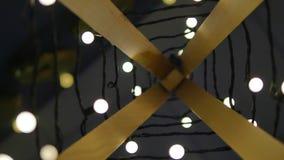 Árvore de Natal de madeira Festão das luzes Estilo do vintage Fundo de ampolas em um campo no borrão do resto filme